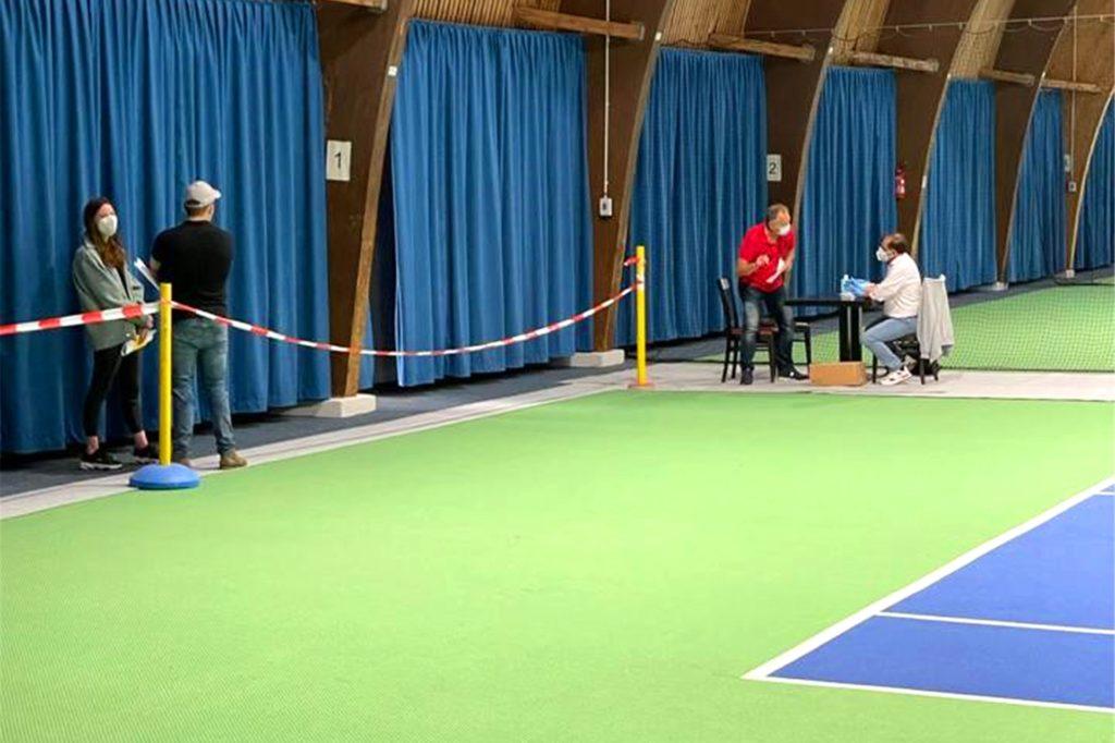 Viel Platz in der Tennishalle: Die Impftermine, die Rafeeq Abu Shahrour am Samstag vergeben konnte, waren binnen kürzester Zeit vergeben.