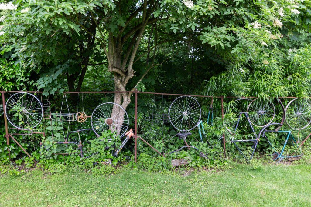 Eine Grundstücksbegrenzung der etwas anderen Art: Werner Heitlands Fahrradzaun.