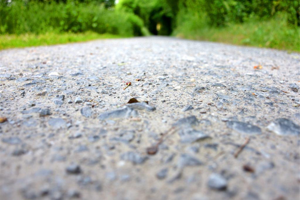 Glatter Asphalt statt holprigem Schotter: Als sogenannte Veloroute wird der Radweg an der Umflut mit einer geschlossenen Asphaltdecke geplant. Ein Vlies im Untergrund soll Schäden durch Baumwurzeln verhindern.