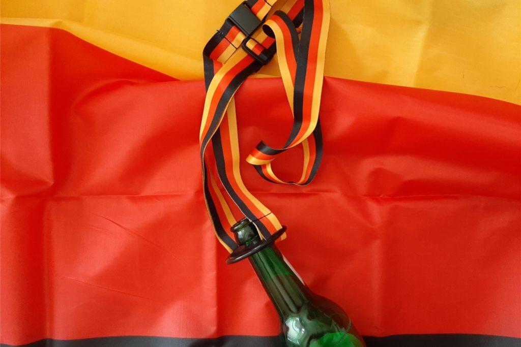 Damit man das Getränk nicht die ganze Zeit tragen muss: Diese Halterung für die Bierflasche lässt sich wie ein Schlüsselband um den Hals tragen.