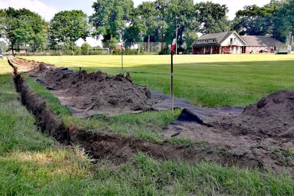 Der Graben für die Dränageleitungen am Spielfeld Nummer zwei waren zügig ausgehoben.