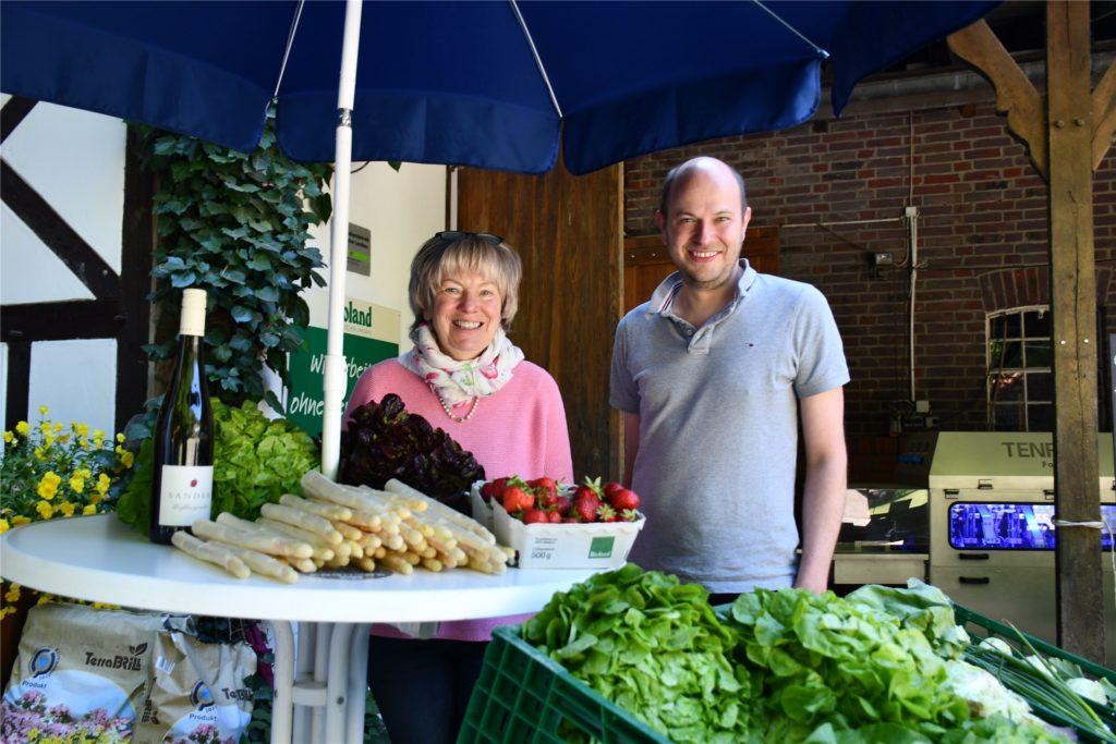 Elisabeth Schulze Wethmar mit ihrem Sohn Vitus Schulze Wethmar: Das Biohof ist ein Familienunternehmen. Dazu gehört auch der große Hofladen, den es seit rund 30 Jahren gibt.