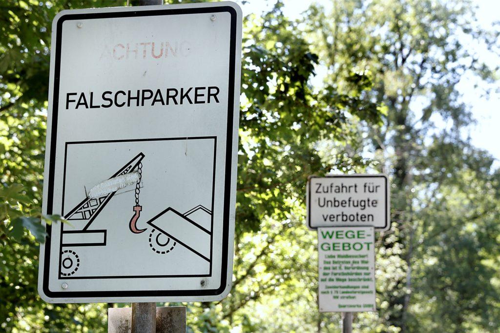 Schilder weisen eindeutig auf das Park- und das Wegeverbot am Silbersee III hin.