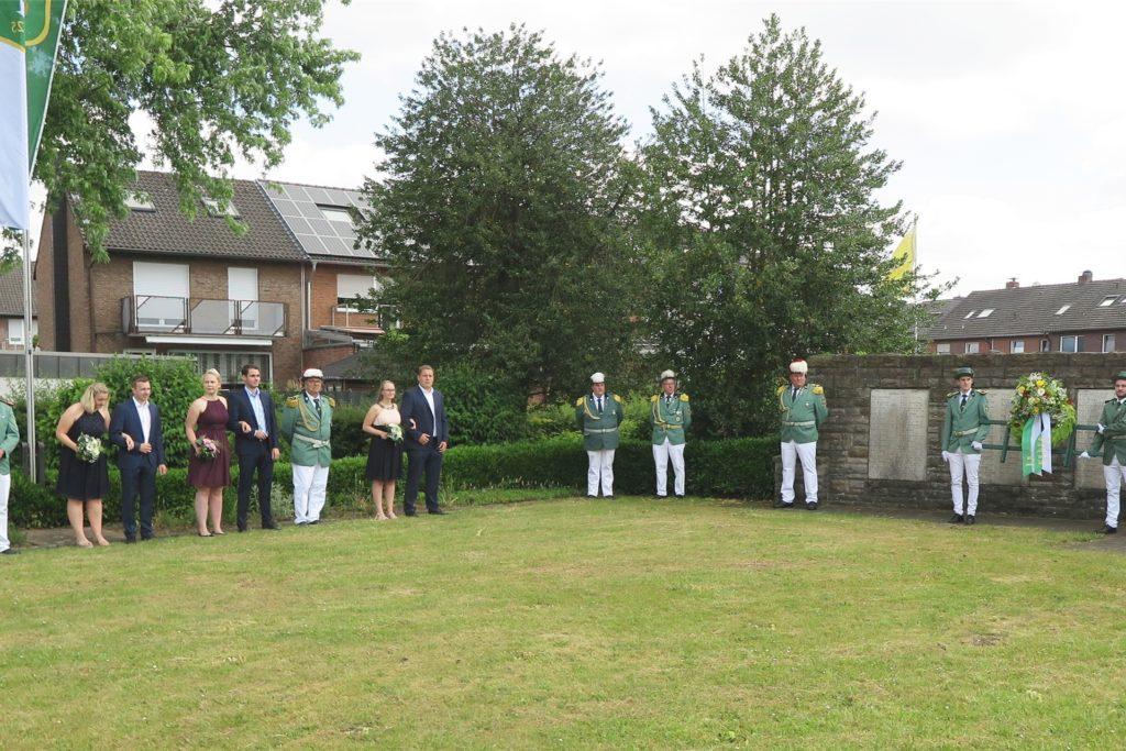 Pfarrer Christian Hilbricht (r.) sprach am Gahlener Ehrenmal über die Opfer der Corona-Pandemie. Aufmerksame Zuhörer waren der Thron, die Offiziere und die Ehrenmitglieder.