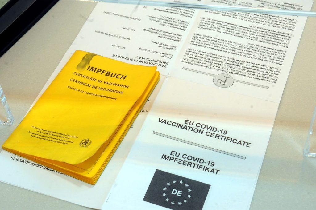 Das gelbe Papier-Impfbuch und der Personalausweis müssen mitgebracht werden, damit in der Rathaus-Apotheke der neue digitale Impfpass ausgestellt werden kann. Hilfreich sind auch weitere Impfunterlagen - soweit vorhanden.