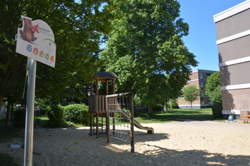 """""""Spielparadies"""" steht auf dem Schild neben dem Spielplatz - doch im Sand können die Kinder wegen des vielen kleinteiligen Mülls nicht mehr barfuß spielen, wie Hannelore Jacoby berichtet."""