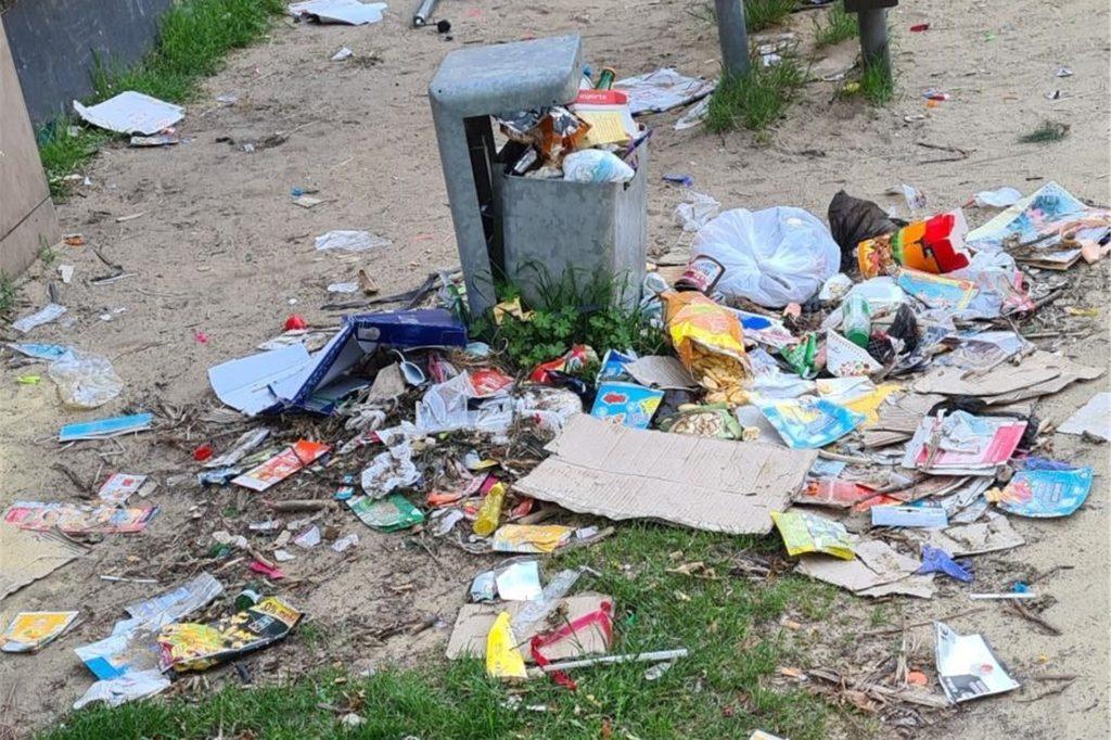 Ein Foto der Mieter zeigt, wie es um den Mülleimer am Spielplatz herum häufiger aussieht.