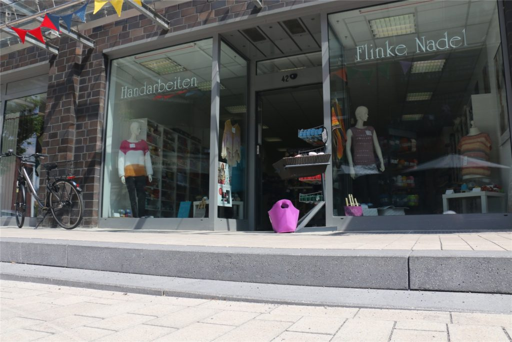 Die teils nur wenige Millimeter hohe Stufe vor dem Geschäft übersehen viele Kundinnen und Kunden und geraten ins Straucheln.