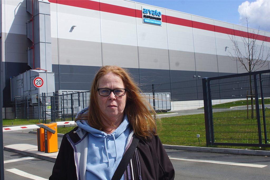 Anke Kopetzky vor ihrer früheren Arbeitsstelle: Sie schildert die Begegnung mit einer weinenden Kollegin, die mit einem Gürtel geschlagen worden sein soll.