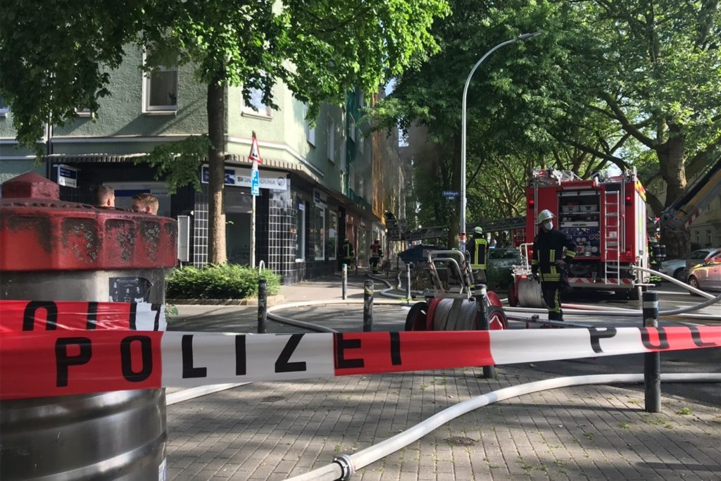 Die Polizei sperrte die Brandstelle bis zur Kreuzung ab.