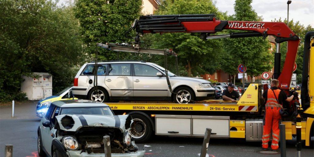 Ein Mini und ein VW Passat rauschten am Dienstagabend gegeneinander. Beide Fahrer mussten in Krankenhäuser gebracht werden.