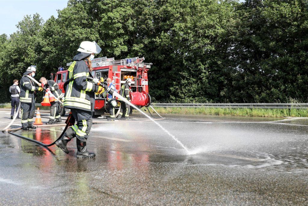 Schermbecker Feuerwehrleute reinigten die Straße, die durch ausgelaufene Gülle stark verschmitzt war.