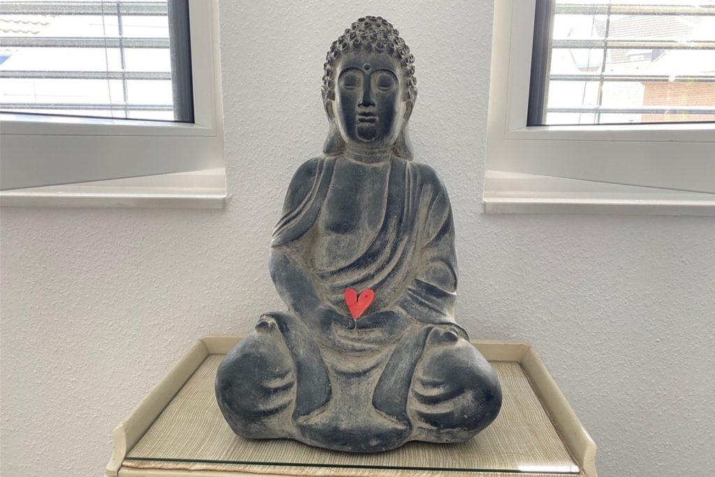 Eine Buddha-Figur durfte auch bei Hobo Yoga nicht fehlen.