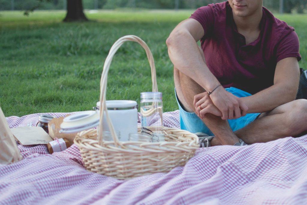 Ein Picknickkorb ist schnell gepackt, doch was sollte am besten alles rein?