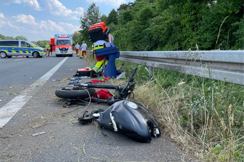 Das Motorrad zerbrach in zwei Hälften.
