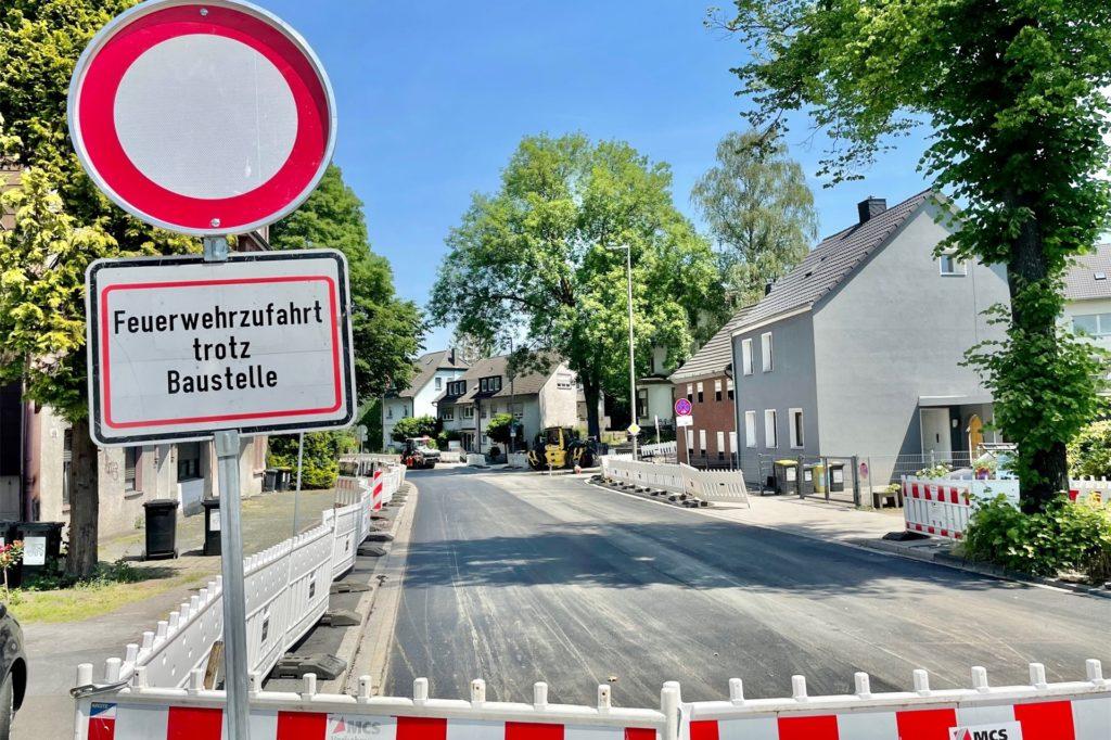 Im Moment ist die Schüruferstraße kurz hinter der Zufahrt auf die B236 voll gesperrt.
