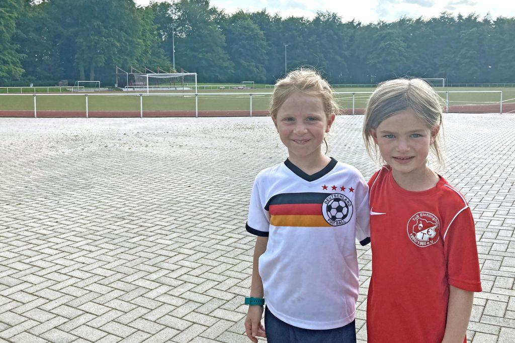 Finja und Finja: Die beiden Mädels kamen zum Training im Deutschland-Trikot und im Trikot des TuS Eichlinhofen. Viele haben hier längst Freundschaften geschlossen.