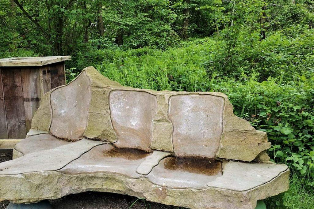 Sitzprobe gefällig? Eine ungewöhnlich große Steinbank vom Bildhauer Guido Hoffmann weckt Neugierde.