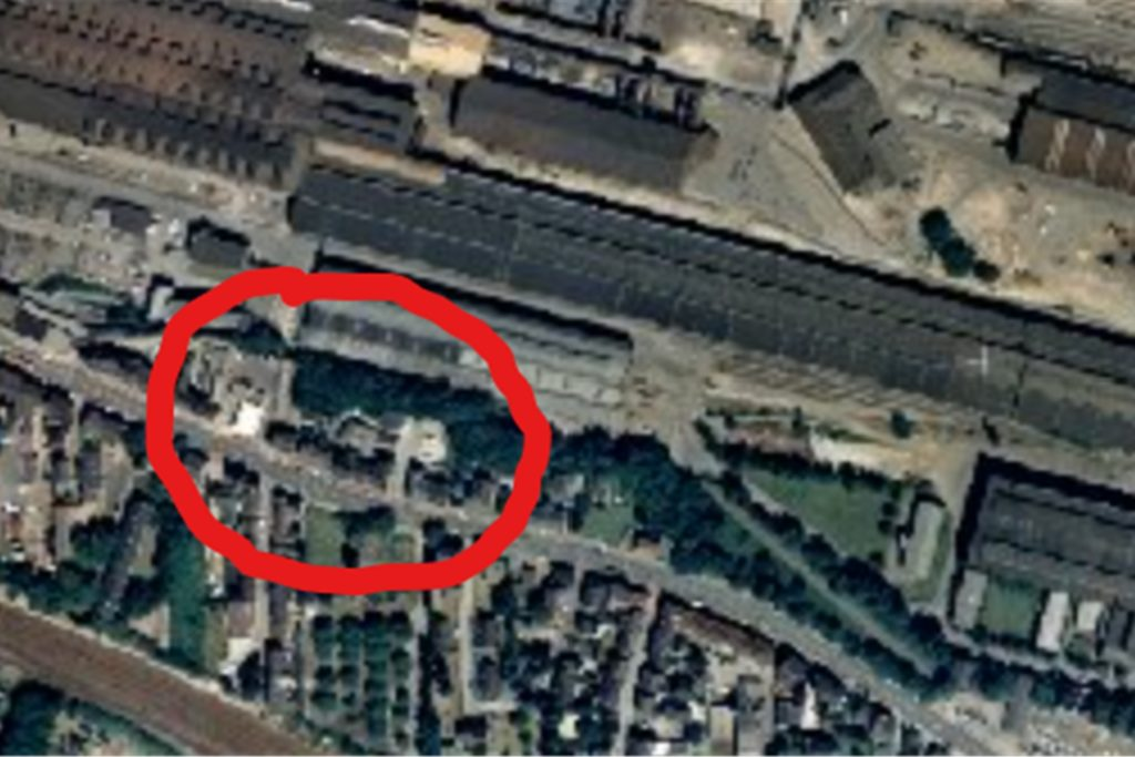 Ein Luftbild aus der Zeit, als das Werk noch stand: Der kleine Straßenzipfel im roten Kreis ist die Keltenstraße.