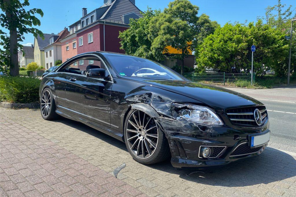 Auch der Mercedes war nach der Unfall nicht mehr fahrtüchtig.