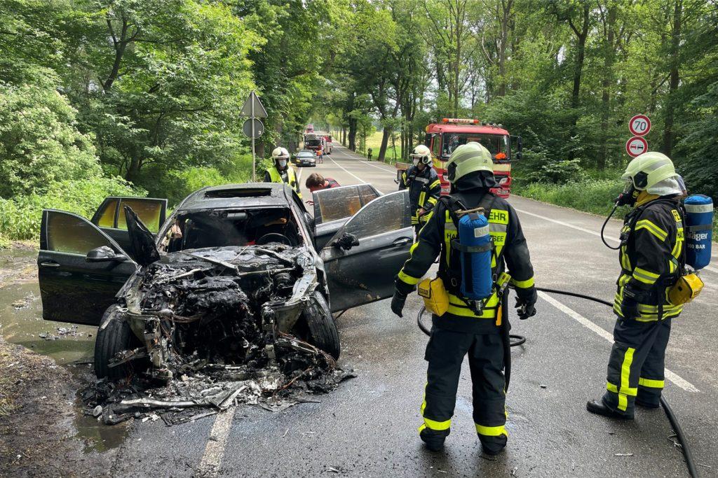 Der Fahrer konnte sich glücklicherweise vorher aus dem Auto retten.
