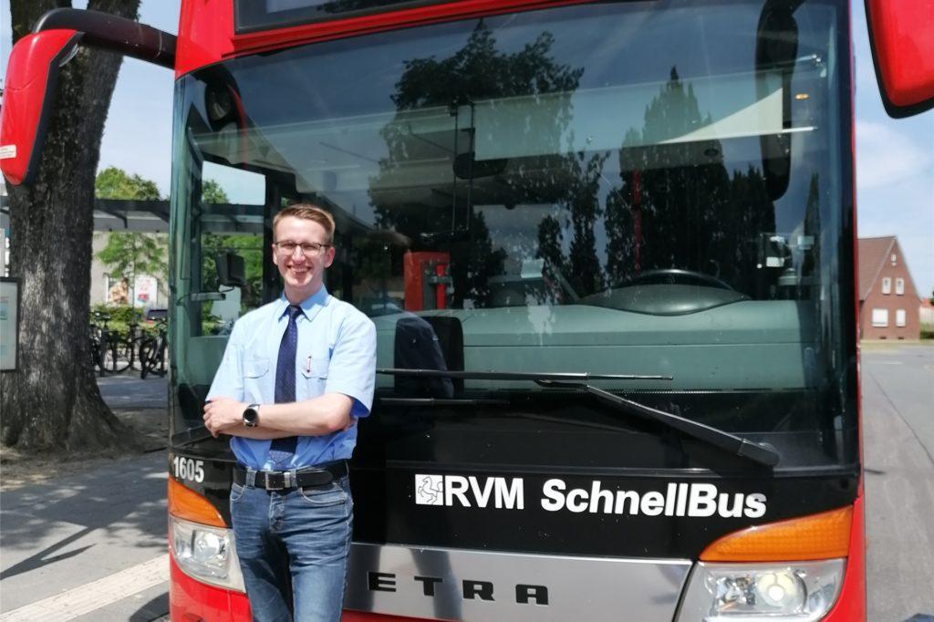 Azubi Leon Stovermann und sein 500-PS-Dienstfahrzeug