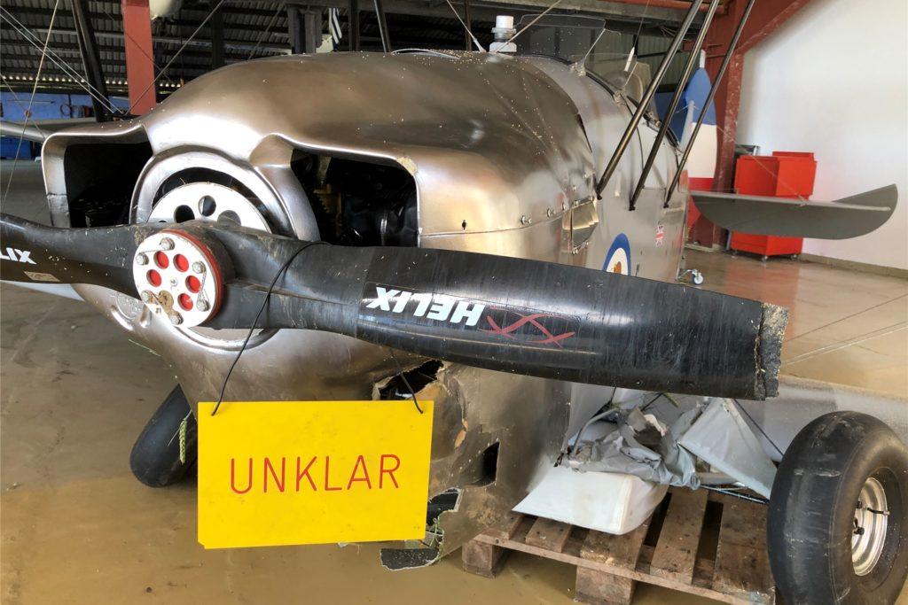 Dass dieses Flugzeug nicht klar zum Fliegen ist, lässt sich auch ohne das Schild erkennen: Das Fahrwerk ist eingebrochen, die Propellerspitze abgebrochen.