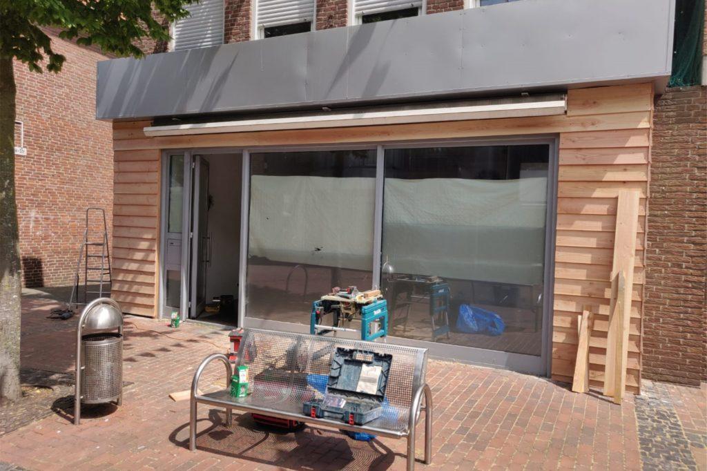 Die Fassade wird zurzeit erneuert, vor dem Ladenlokal an der Wassermühlenstraße plant Lukas Eversmeier eine kleine Außengastronomie.