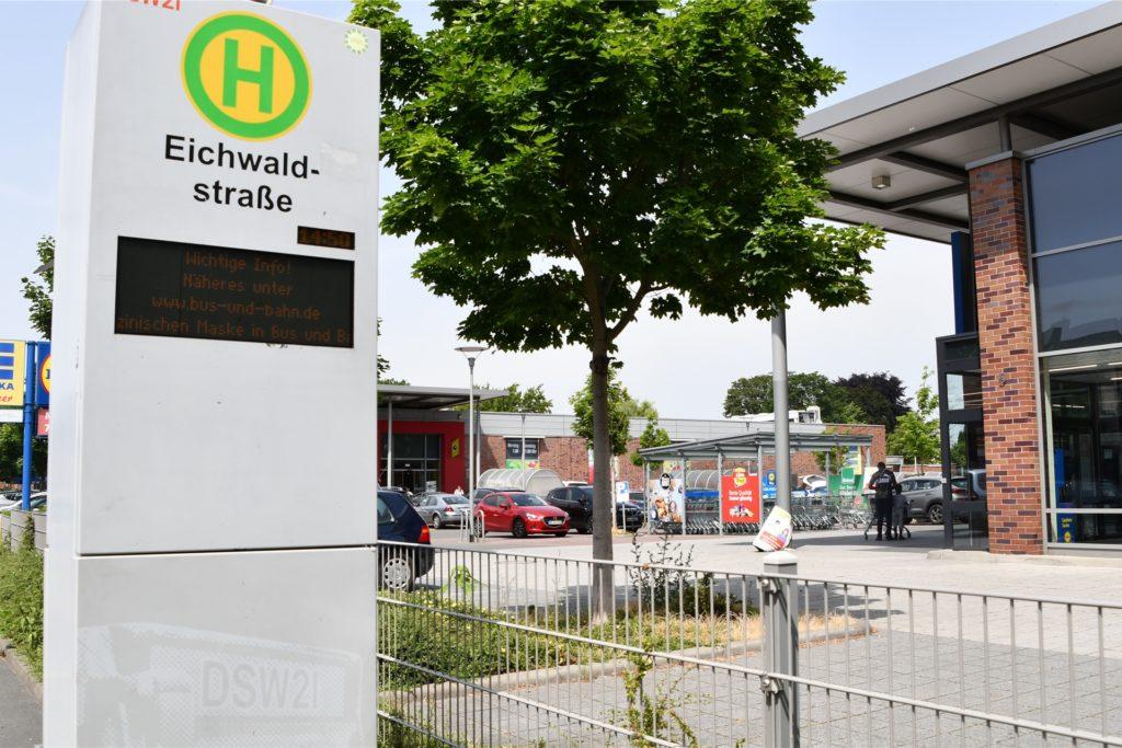 Früher bestach das alte Pappelstadion durch eine gemütliche Enge, heute stehen hier an der Eichwaldstraße große, moderne Supermärkte.