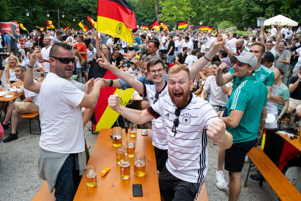 Tausende Fans hatten am Wochenende im Stadion, in der Münchner Innenstadt und in vielen anderen deutschen Städten feucht-fröhlich - und vielfach ohne Masken oder Abstand - den Sieg der deutschen Mannschaft gegen Portugal gefeiert.