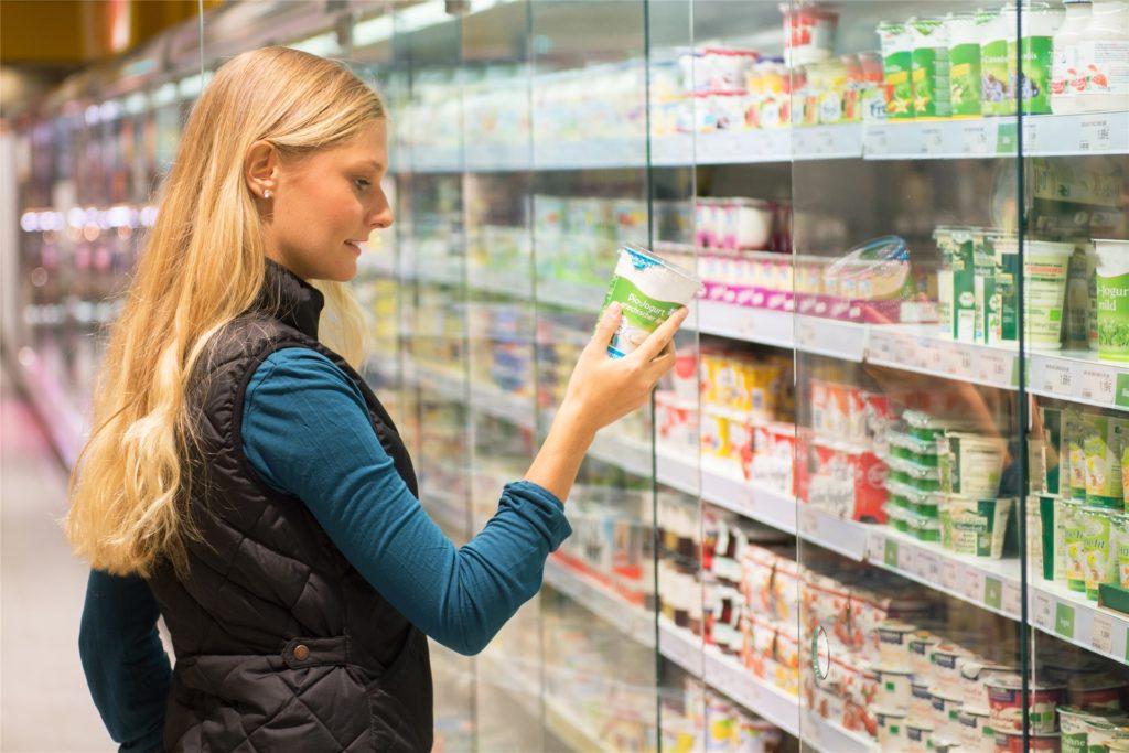 Wie viele Kalorien hat das Produkt, welches ich einkaufen möchte? Auch darauf zu achten kann bereits helfen, viele Kalorien einzusparen.