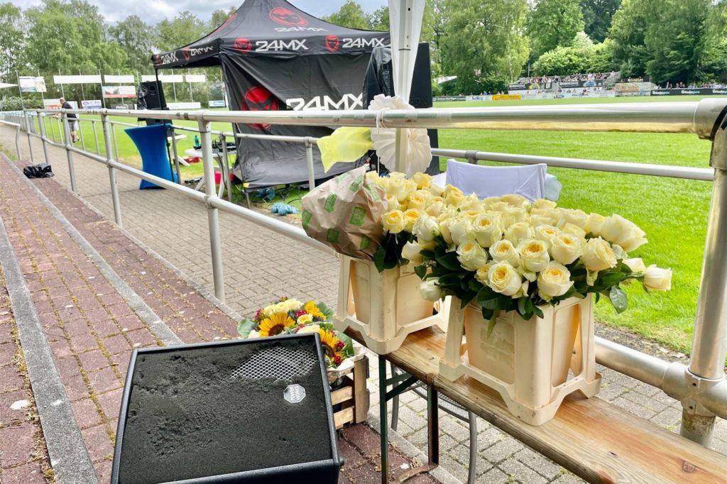 Für die jungen Damen gab es mit dem Zeugnis auch noch eine gelbe Rose.