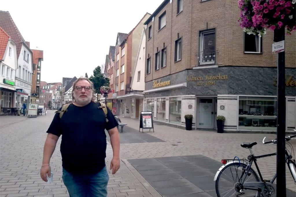 Mit oder ohne Maske? Jürgen Kötter verzichtet auf die Maske im Freien, hat sie aber immer dabei, denn in den Geschäften gibt es noch eine Maskenpflicht.