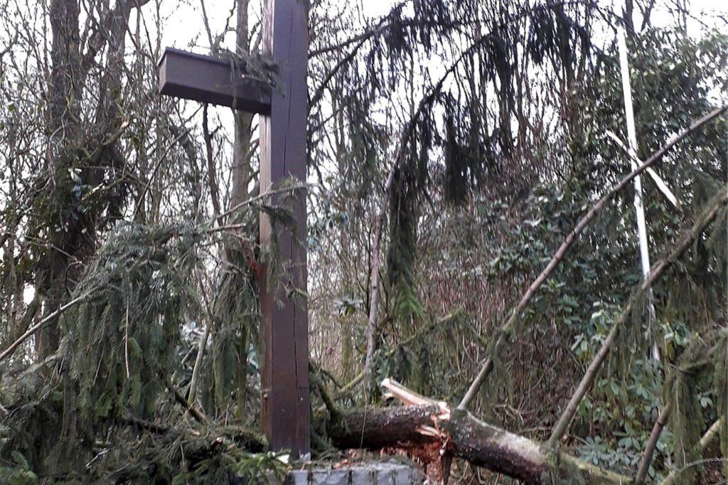 Von einer umstürzenden Fichte war das Holzkreuz im Schwerter Wald beim Orkan Sabine schwer beschädigt worden.