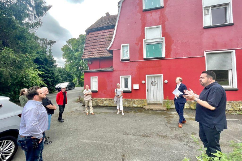 Große Gesprächsrunde hinter dem Club-Hotel: Die Ruhrgrund informiert die Aplerbecker Politik über die Baupläne an der Wittbräucker Straße.