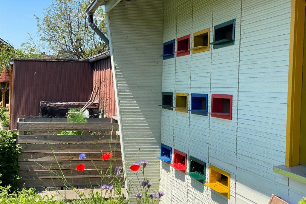 So sehen die Bienenkästen von draußen aus.