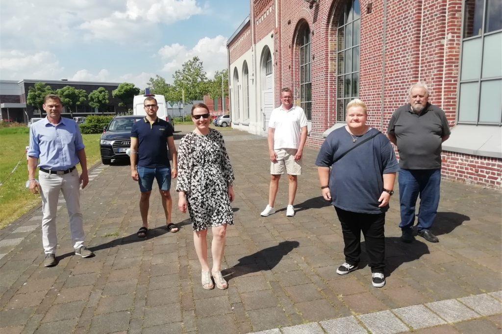 Die Bezirksvertretung Huckarde, hier Stefan Keller (SPD), Kaan Eker (Grüne), Claudia Brückel (CDU) und Harald Hudy (Bezirksbürgermeister) unterstützen Laura Stachowiak (Direktorin, 3.v.l.)) und Marcel Thiemann (Schulpflegschaftsvorsitzender, 3.v.r.) bei ihrem Wunsch nach einem Neubau.