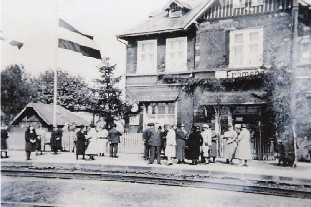 Der Bahnhof Frömern vor gut hundert Jahren: Züge halten heute immer noch, doch der im Empfangsgebäude lebt heute eine fünfköpfige Familie mit ihren drei Hunden.