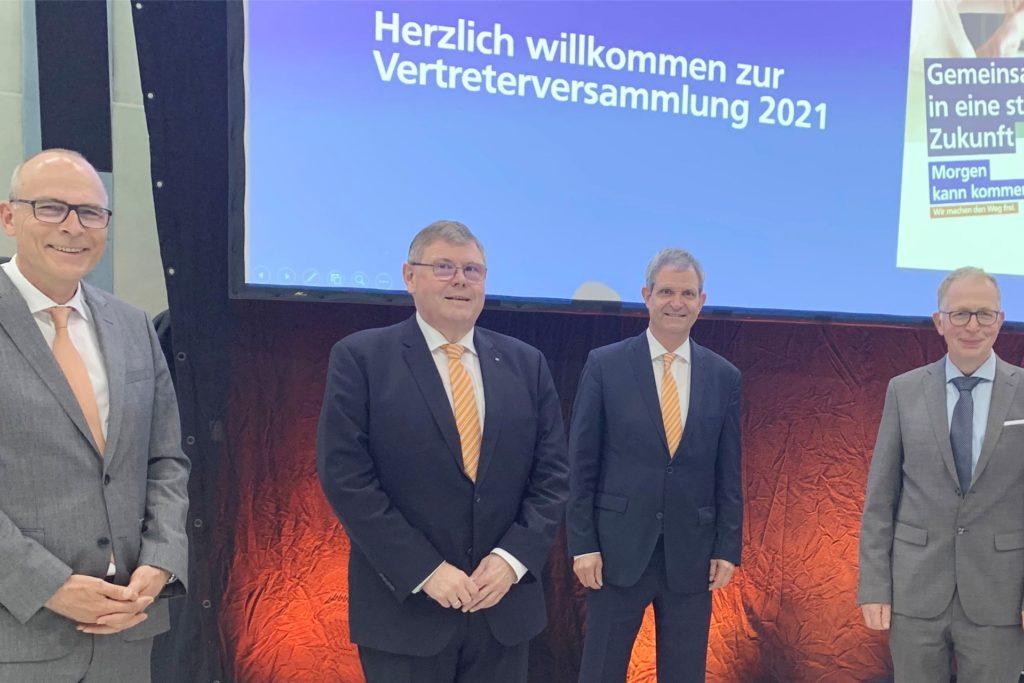 Die Verantwortlichen der Volksbank Kamen-Werne freuen sich über die Zustimmung zur Fusion (v.l.): Dr. Christoph Stiens, Ralf Schotte, Jürgen Eilert und Martin Brandt.