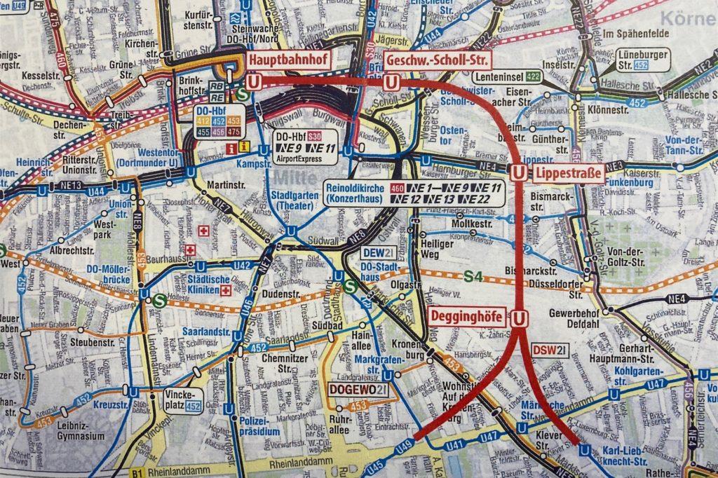 Der Kartenausschnitt zeigt - rot markiert - den ungefähren Verlauf des möglichen Stadtbahn-Tunnels unter der östlichen Innenstadt.