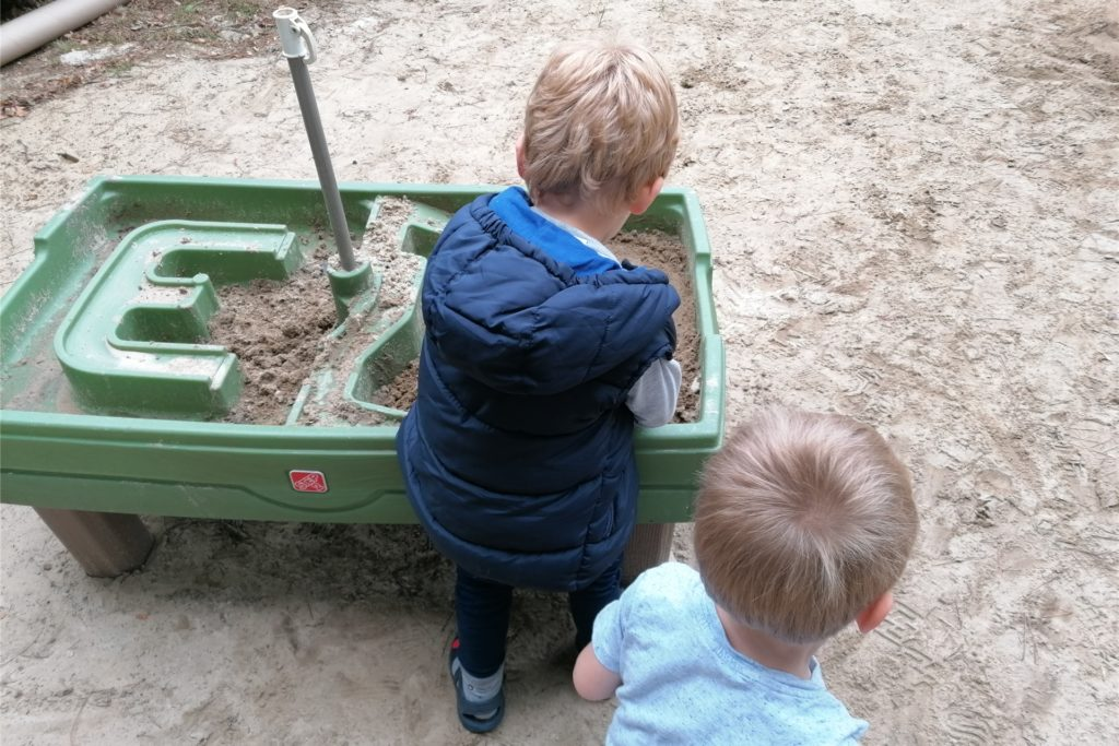 Auf dem kindersicher eingezäunten Gelände gibt es viele Spielmöglichkeiten.