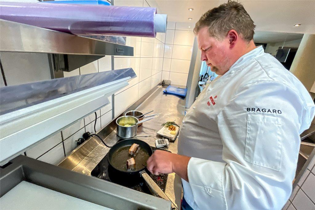 Sternekoch Dirk Grammon lässt den Schweinebauch ordentlich in Fett anbraten, sodass eine schöne Kruste entsteht.