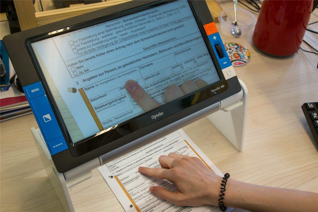 In der Schule zählte noch ein Okular zu den Hilfsmitteln, heute vereinfacht Technik Lydia Heit (32) das Arbeiten: Hier ein Bildschirmlesegerät, das wie eine Lupe funktioniert.