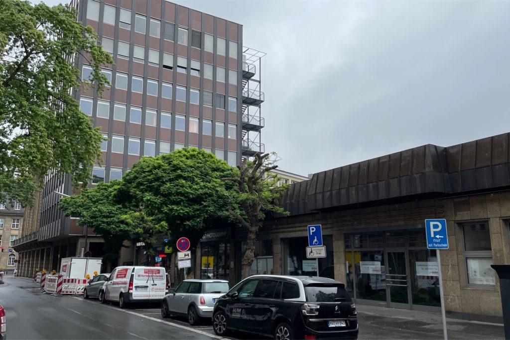 Die Ladenzeile an der Hansastraße neben dem Löwenhof soll einem oder mehreren Neubauten weichen.
