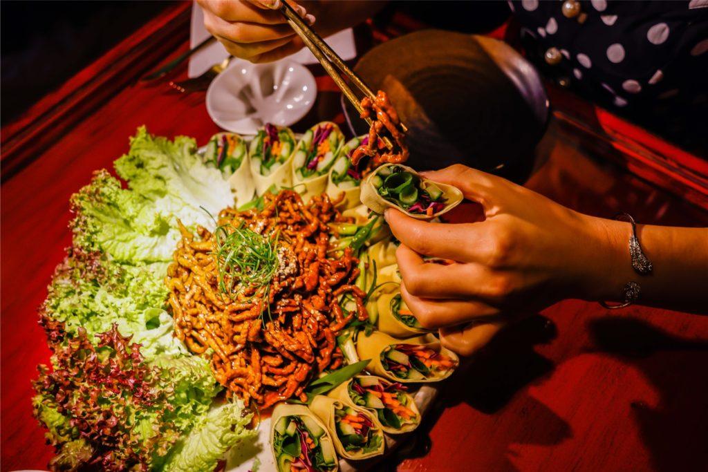 Das Lieblingsgericht des chinesischen Kochs Chunyang Bai und der Restaurant-Inhaberin Mai Dorsch lässt sich super mit den Fingern und mit Zuhilfenahme von Stäbchen essen.