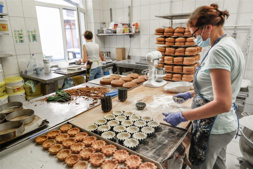 Neben Kuchen werden auch kleine Törtchen in der Konditorei produziert.