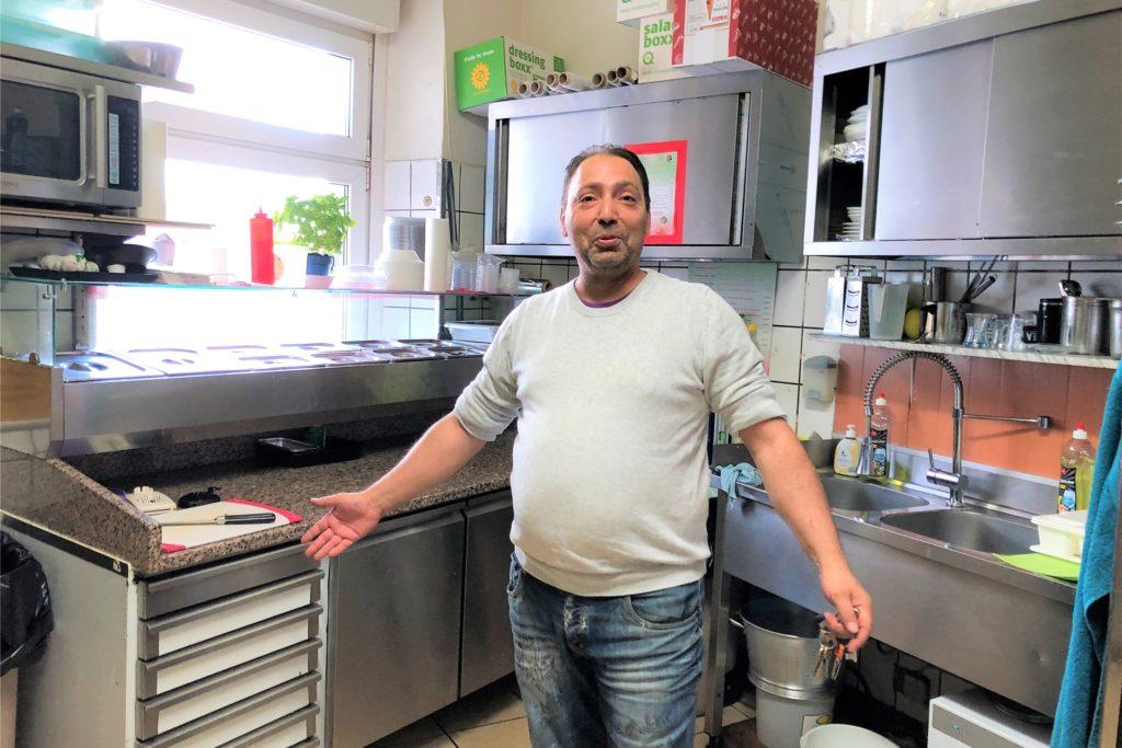 Die neue Küche ist Aldo Rifatis ganzer Stolz. Normalerweise trägt der 44-Jährige natürlich Arbeitskleidung.