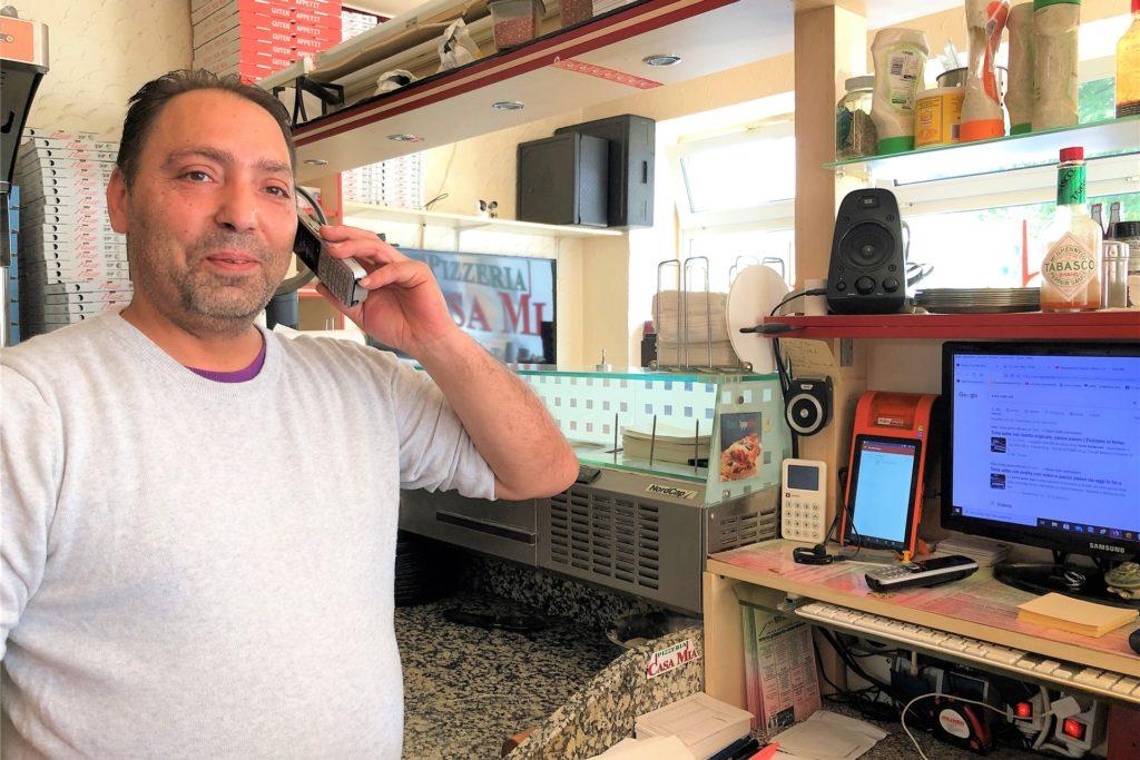 Aldo Rifati ist im Dauerstress: Die Vorbereitungen für den Verkauf sizilianischer Spezialitäten laufen auf Hochtouren, gleichzeitig muss er sich um den Betrieb seiner Pizzeria