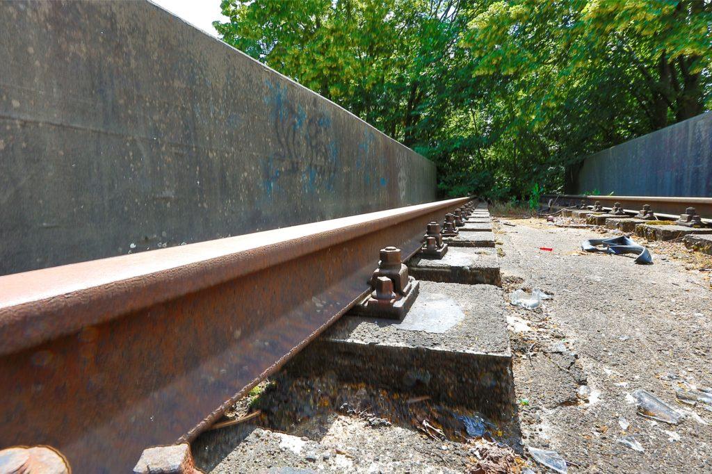 Eine Bahnstrecke, die ins grüne Nichts führt. Die alte Linie soll für Radfahrer ertüchtigt werden.