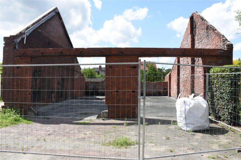 Die Mauern der Scheune müssen nun abgerissen werden.